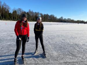 Tessa en Damita op de ijsbaan in Eemnes