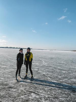 Tessa en Damita op randmeer